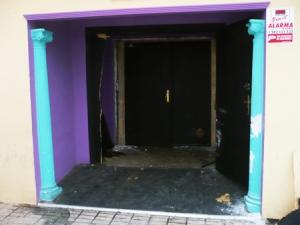Daños producidos en la puerta del local
